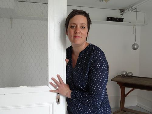 Carole Robert dans son atelier
